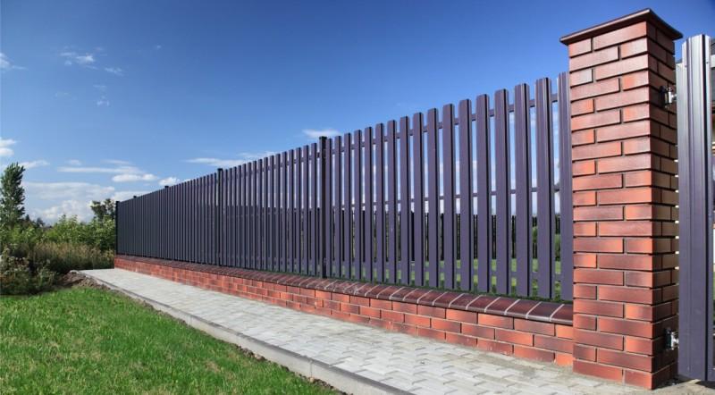 Забор для дачи из подручных материалов