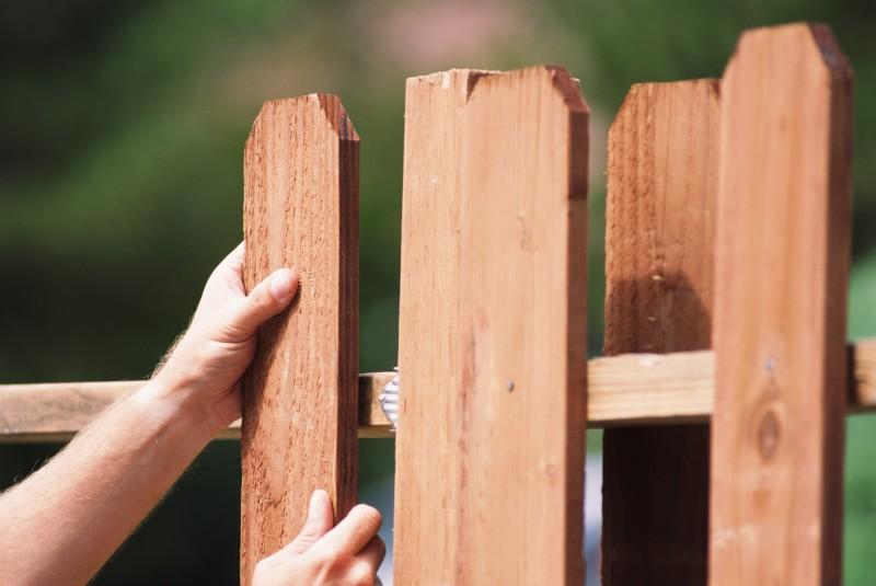 Заборы своими руками - дешёвые, надёжные, простые и оригинальные