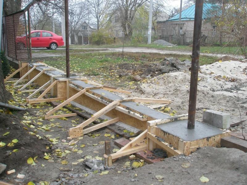 Как сделать фундамент под забор из профнастила